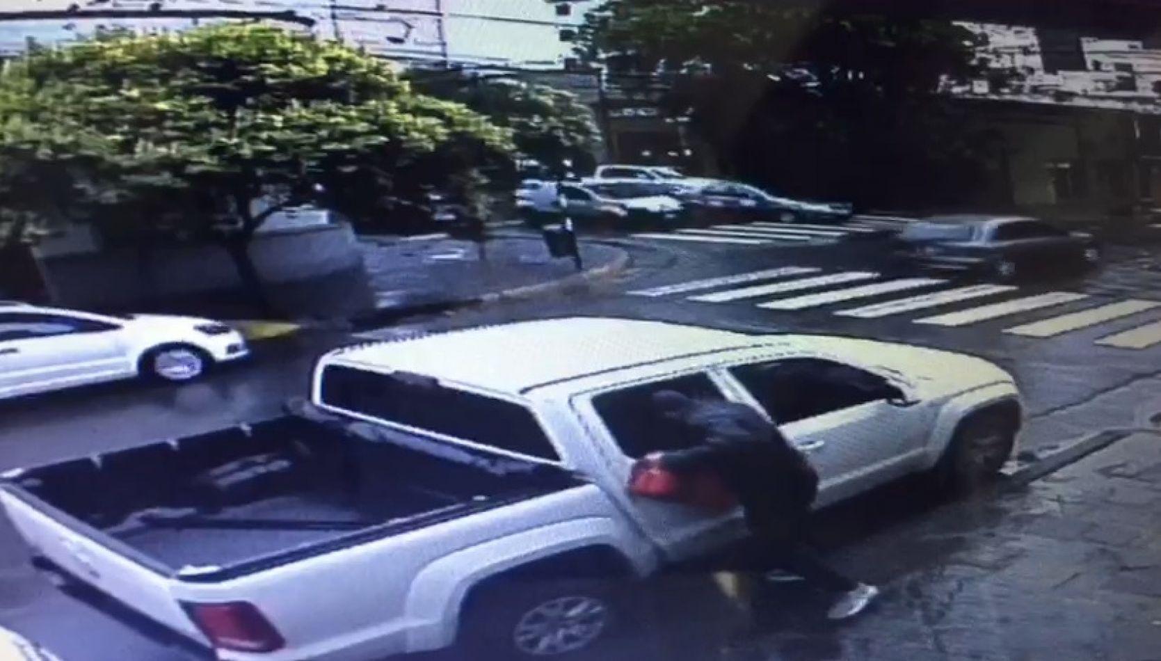 VÍDEO  Una cámara registró un robo en pleno centro
