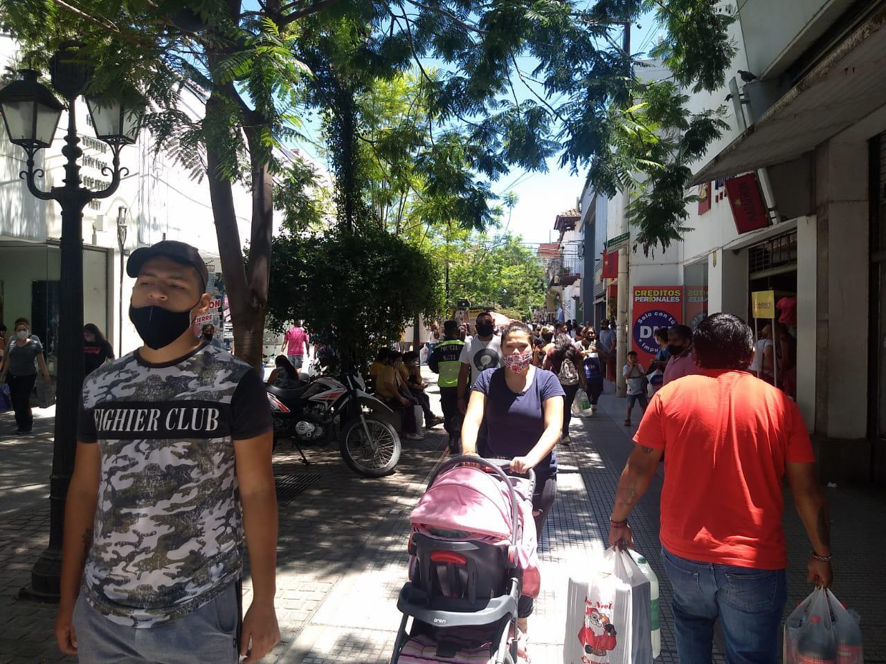 Centro peatonal compras comercios locales navidad ventas ciudad fiestas manteros