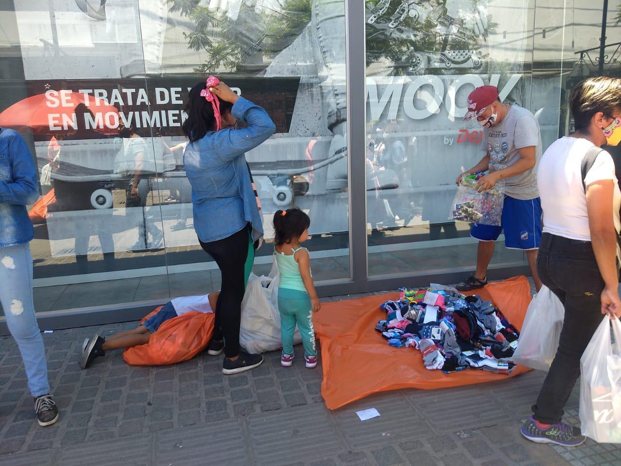Centro peatonal compras comercios locales navidad ventas ciudad fiestas manteros ambulantes