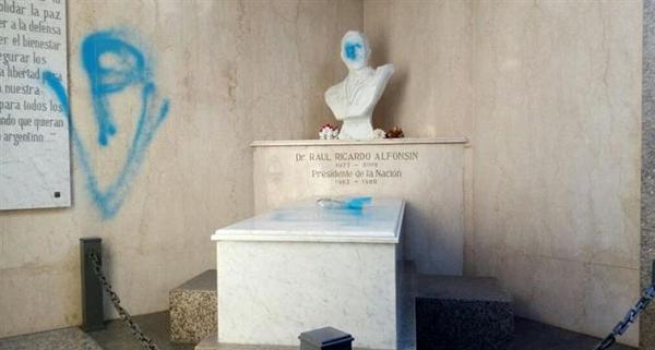 Profanaron con consignas peronistas la tumba de Alfonsín