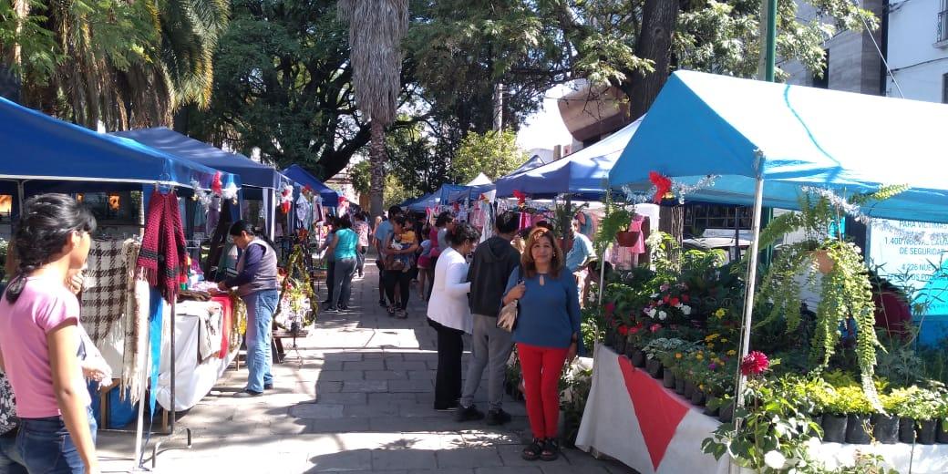 Emprendedores ofrecen sus productos navideños en una feria en Plaza Belgrano