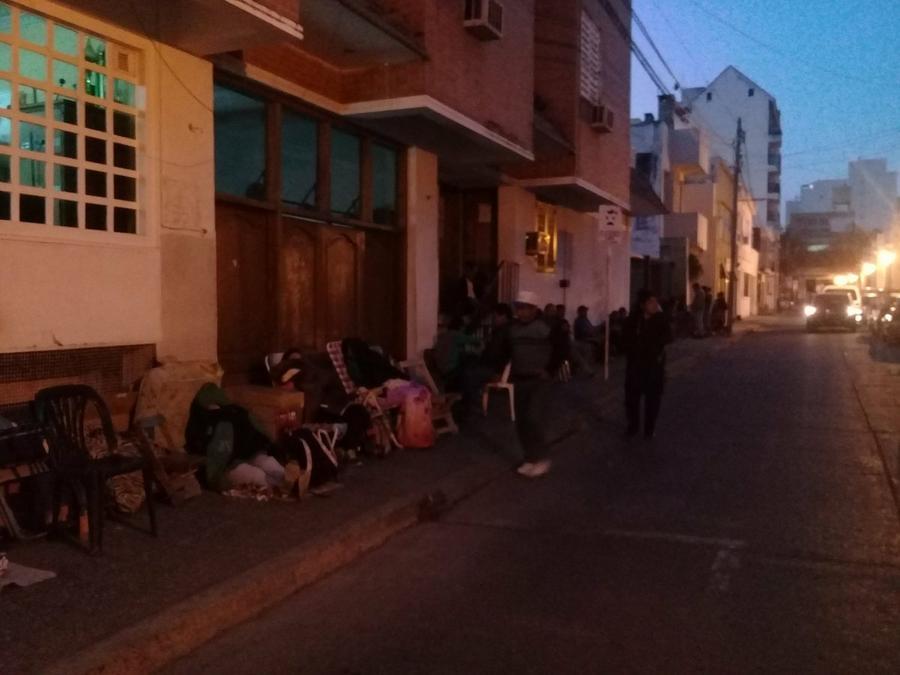 Unas 20 familias de vendedores ambulantes acampan para obtener el ...