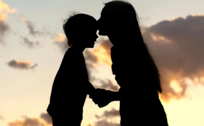 madre e hijo silueta