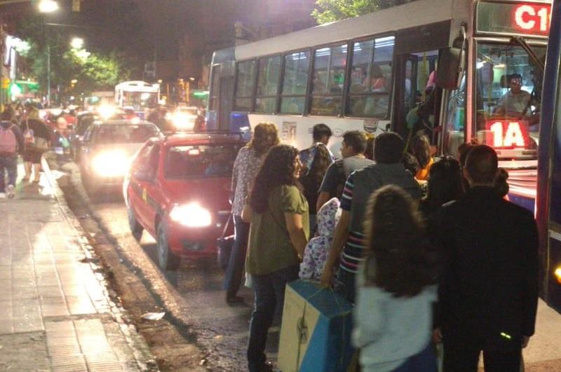 taxis y remises tapan las paradas