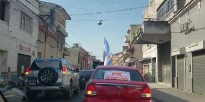 Caravana y reclamo de comerciantes y remiseros en el centro salteño